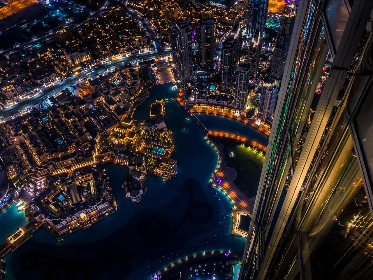How is the UAE diversifying its economy to attract investment